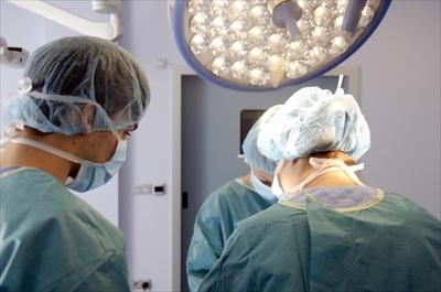 顔のしびれ、物が二重に見える。手術後、さらに悪化。